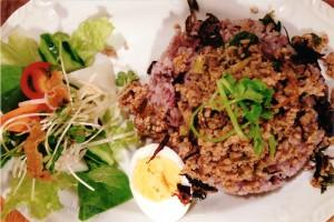 ひき肉とセロリの葉炒めのせご飯